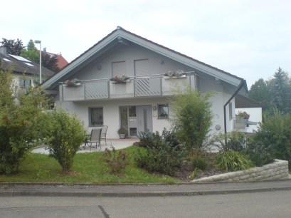 Fassadenumgestaltung von Braun auf zeitgerechte Farbtöne